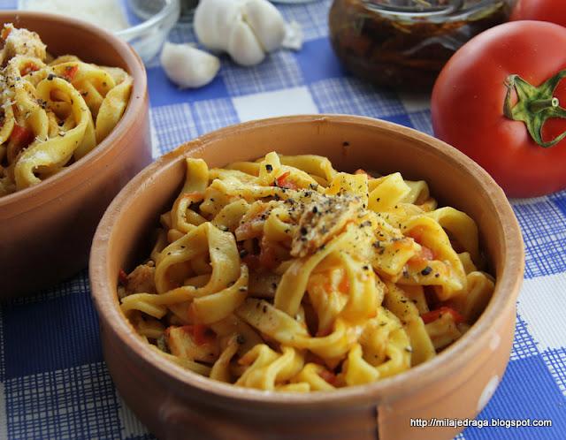 Domaće taljatele u sosu od piletine začinjene sušenim paradajzom i kaprom