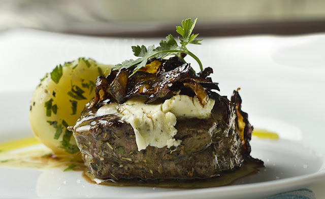 Biftek sa aromatizovanim puterom i karamelizovanim crvenim lukom