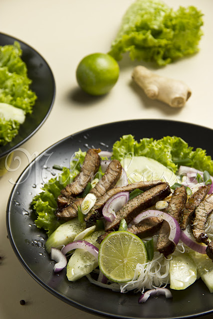 Hladna salata od pirinčanih nudli sa teletinom u soja sosu i svežim povrćem sa mirođijom