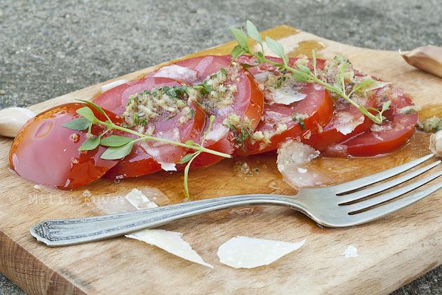 Salata od paradajza sa dresingom od bosiljka i belog luka