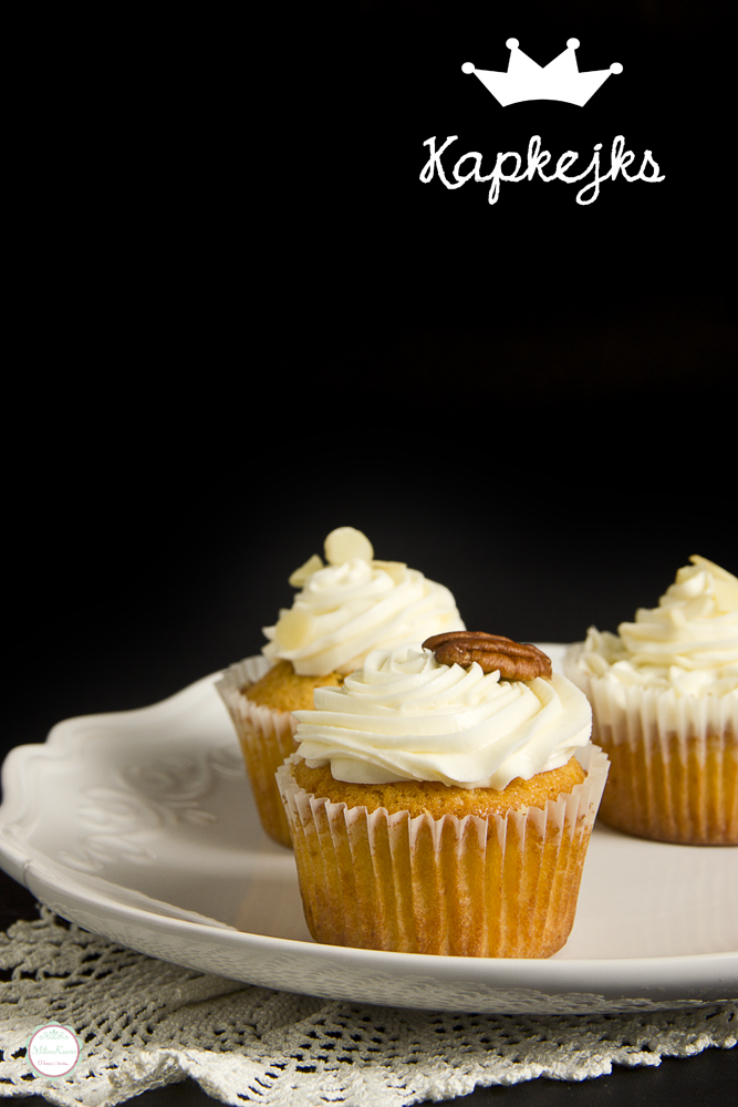 Cupcakes sa belom čokoladom i crnom rbizlom