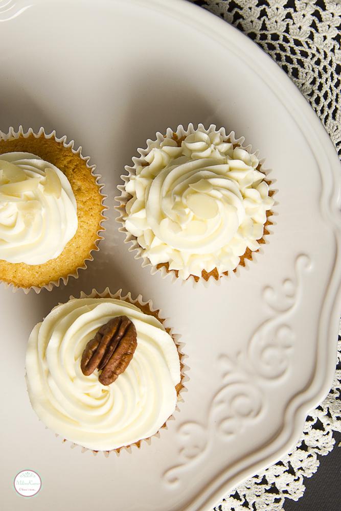 Cupcakes sa belom čokoladom i marmeladom od crne ribizle