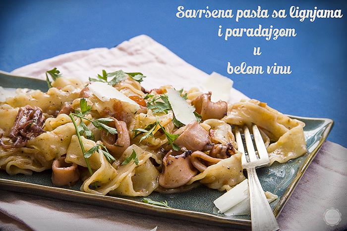 Pasta sa lignjama i paradajzom u belom vinu