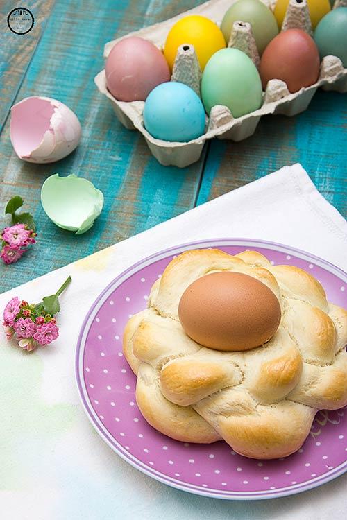Uskršnji kravaji ispečeni sa jajima