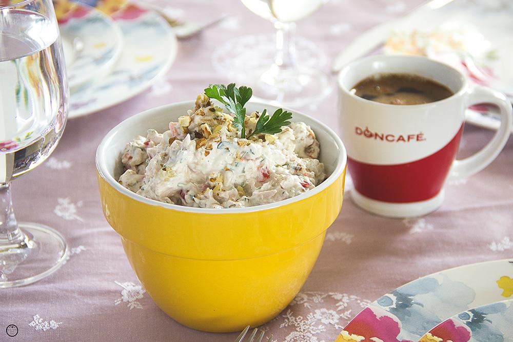 {Slavski kuvar} Pileća salata sa pečenim paprikama i orasima
