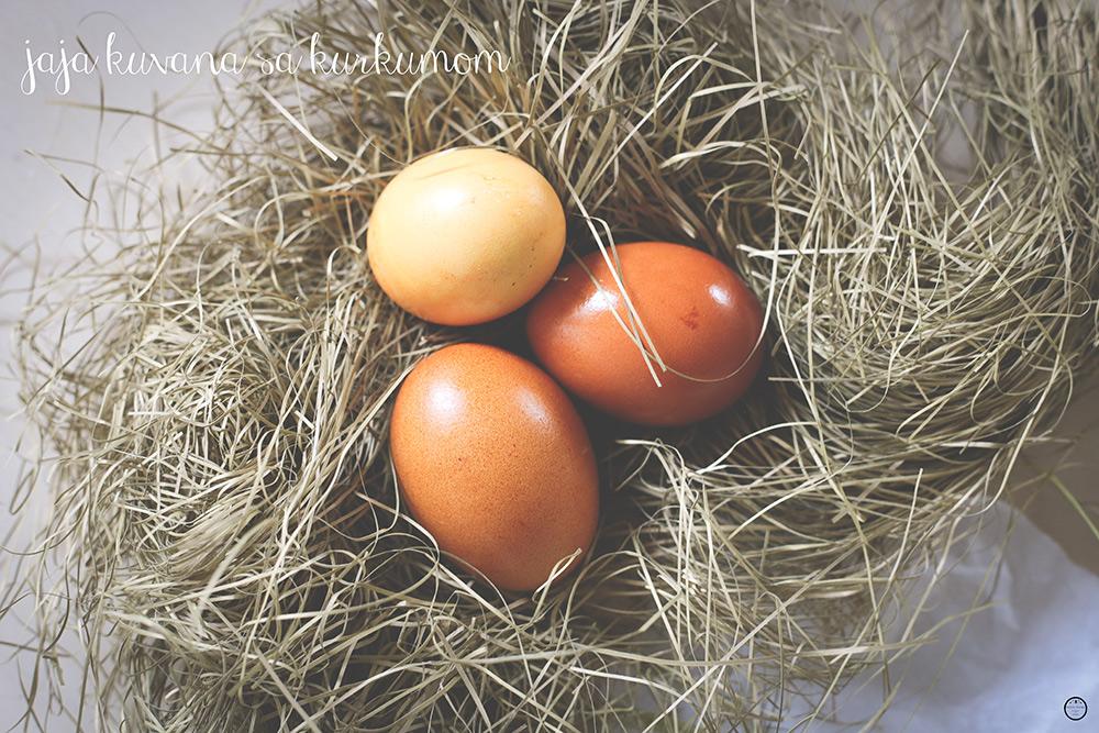jaja-farbana-kurkumom
