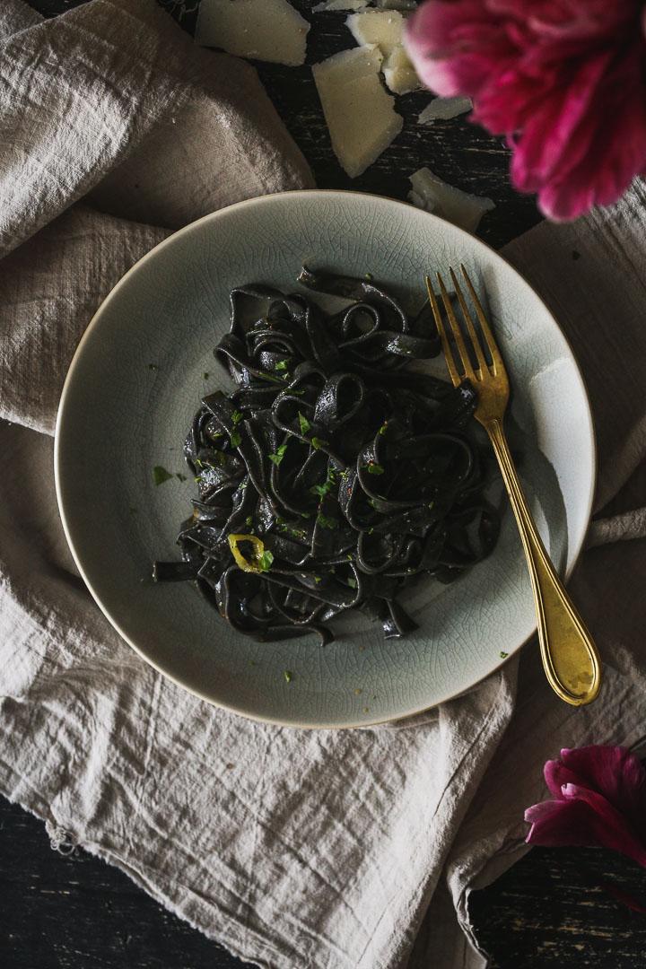 Aglio e olio taljatele sa sipinim mastilom