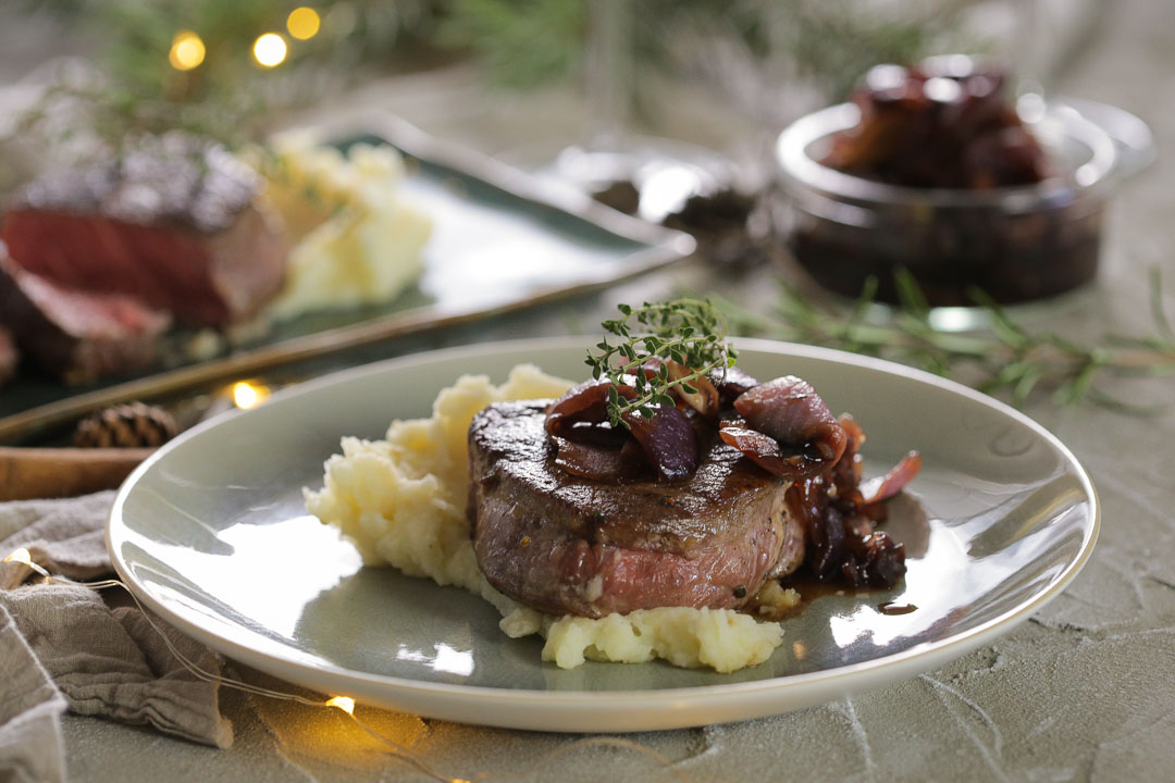 Biftek sa džemom od crvenog luka