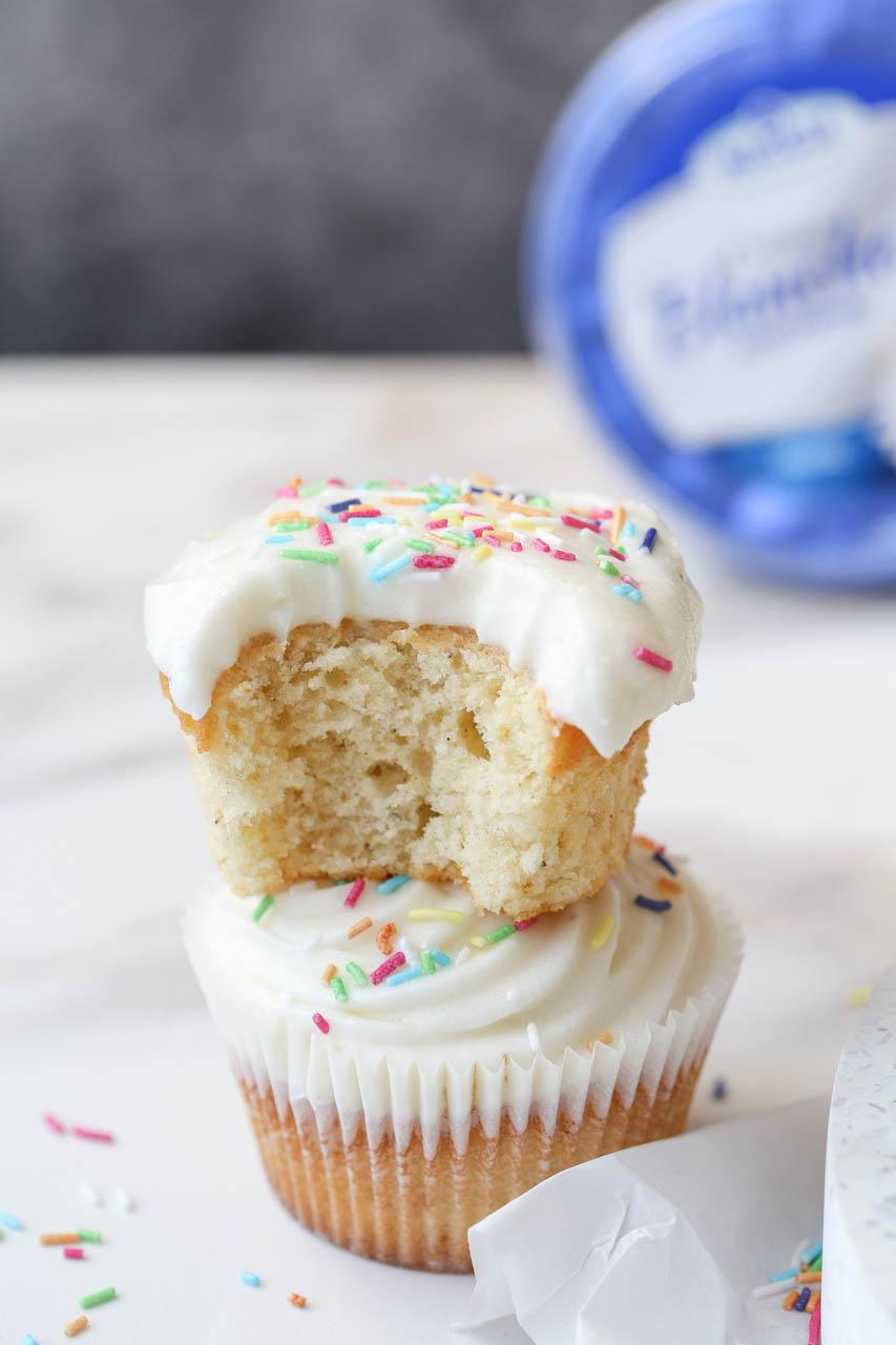 Cupcakes sa frostingom od kremastog sirnog namaza